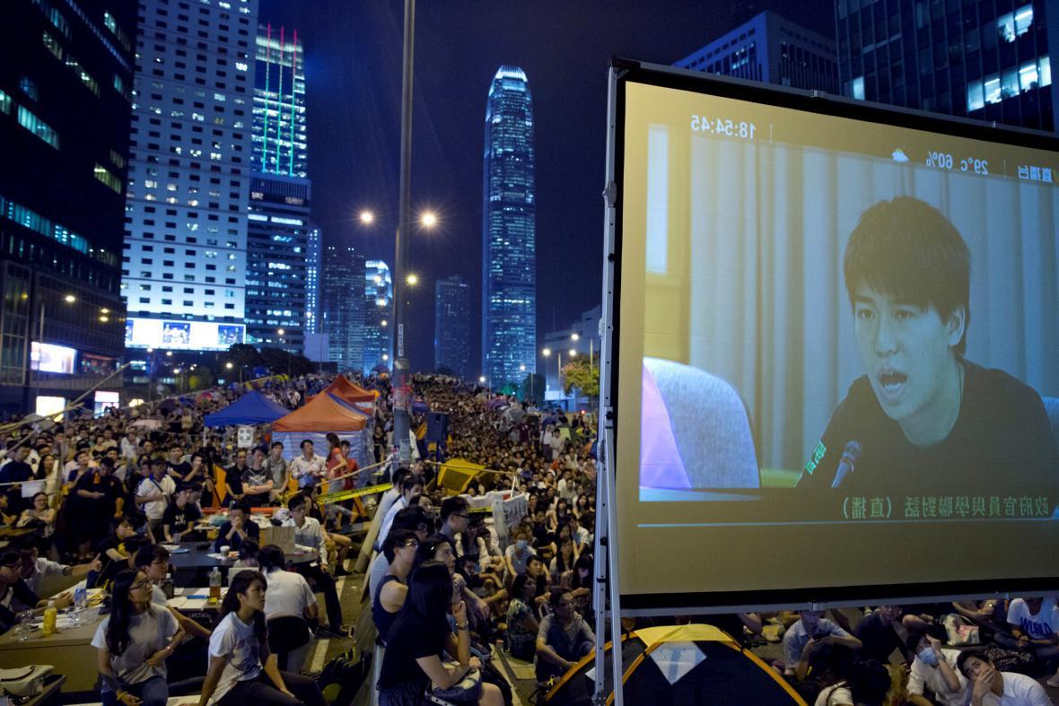 Demonstranti sledují přenos jednání s vedením Hongkongu