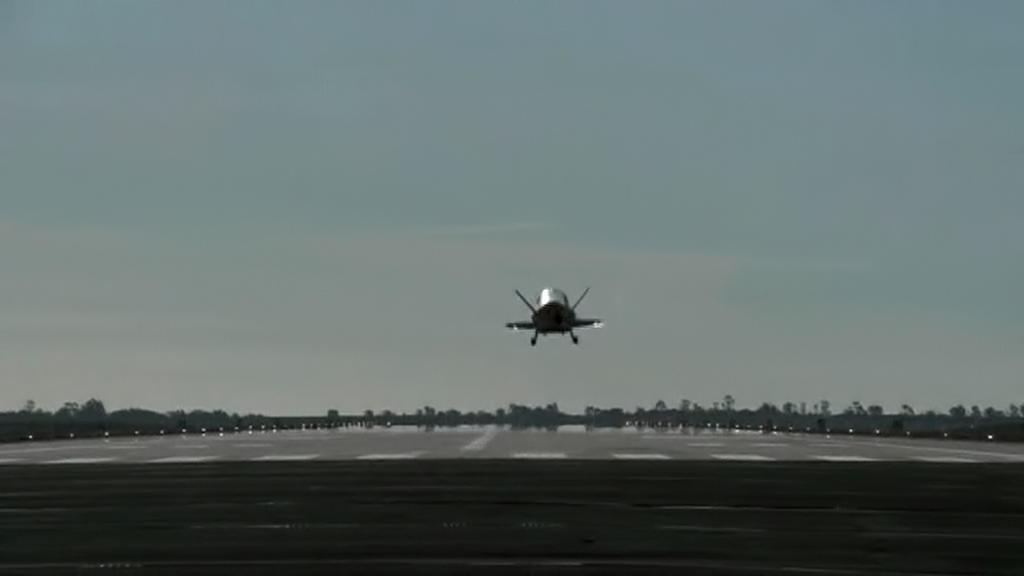 Přistání miniraketoplánu X-37B
