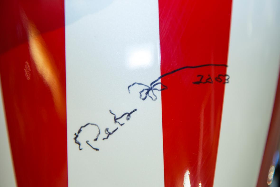 Podpis Petera Fondy na nádrži motorky