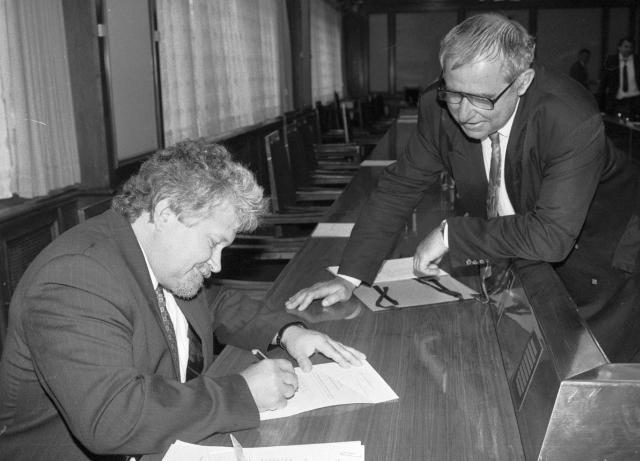 Petr Pithart podepisuje demisi vlády v roce 1992