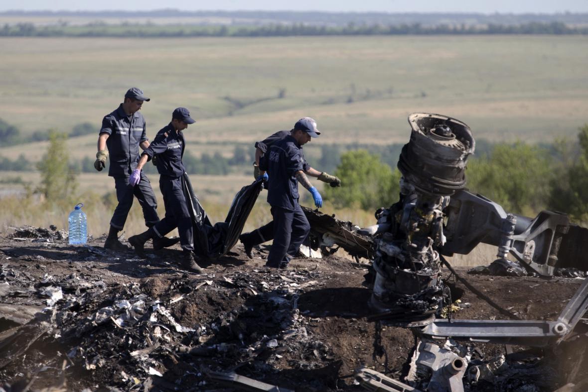 Prozkoumávání trosek letadla na Ukrajině