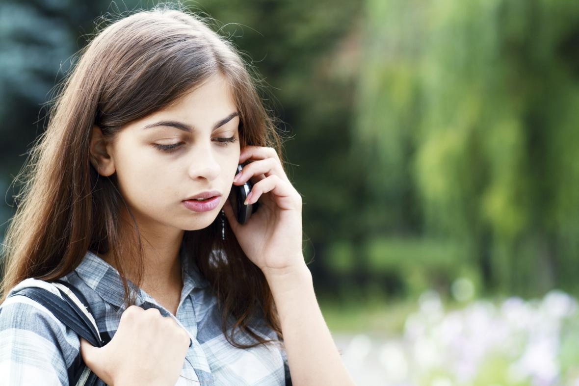 Dívka s telefonem