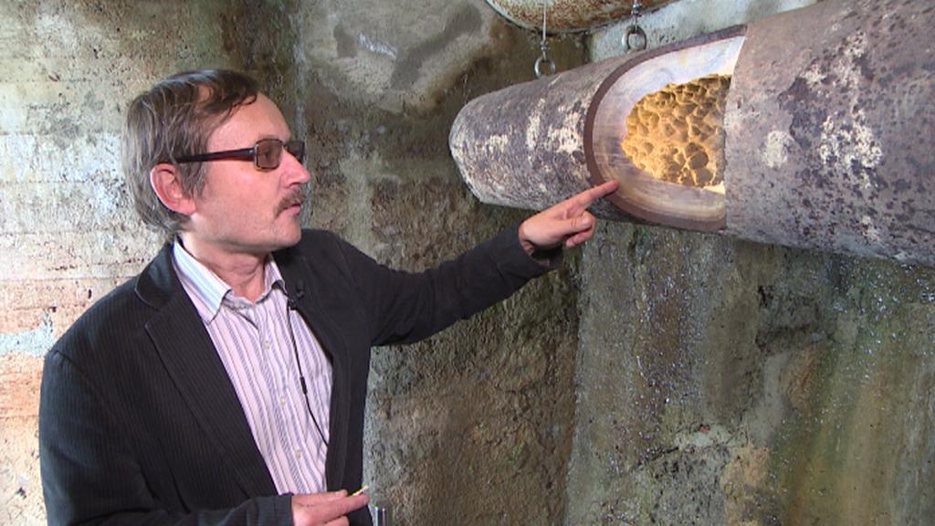 Milan Trnka ukazuje zanesené trubky - vrstvu starou asi 20 let