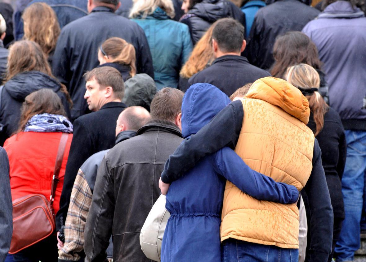 Lidé přicházejí na pohřeb Petra Vejvody