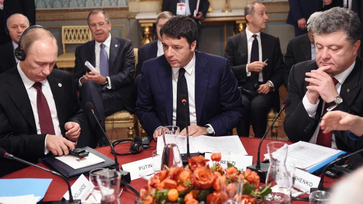 Zleva: Vladimir Putin, Matteo Renzi a Petro Porošenko na jednání v Miláně