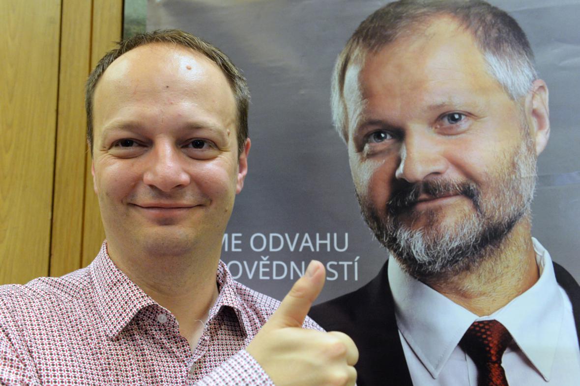 Nově zvolený senátor Václav Láska u volebního plakátu Václava Hampla