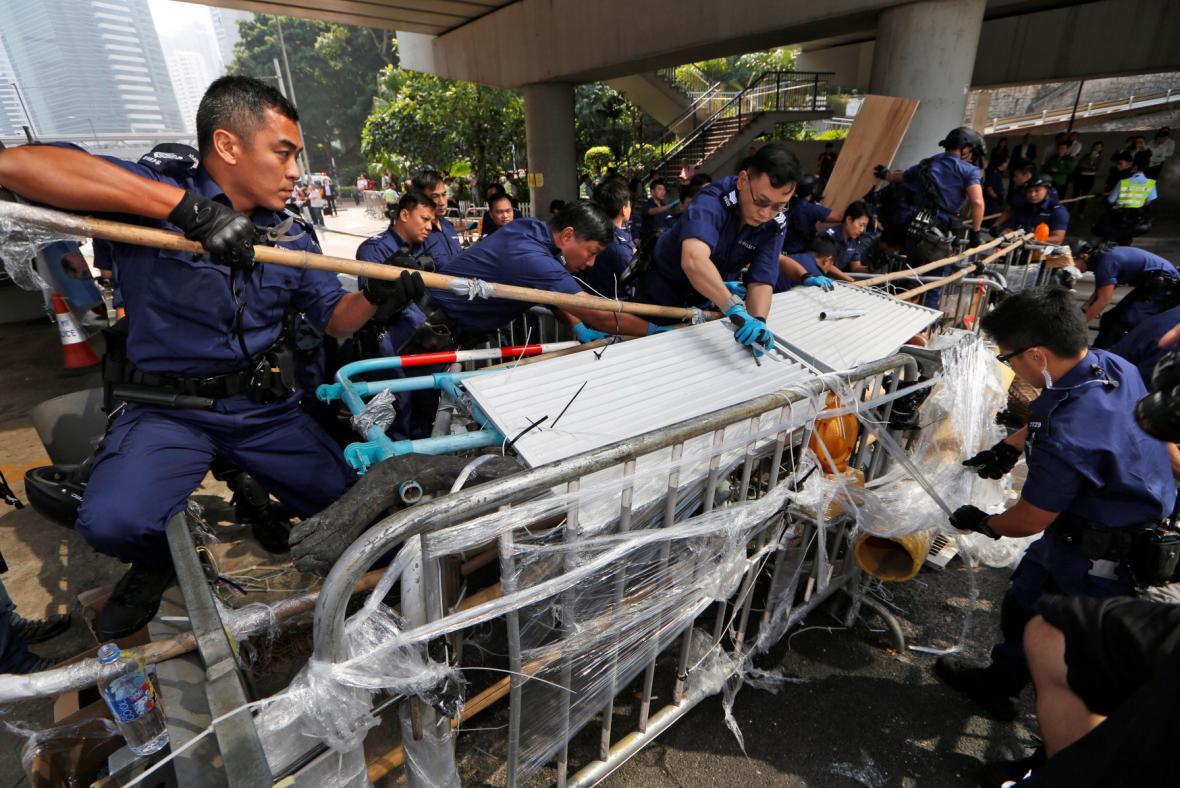 Policie odklízí barikády