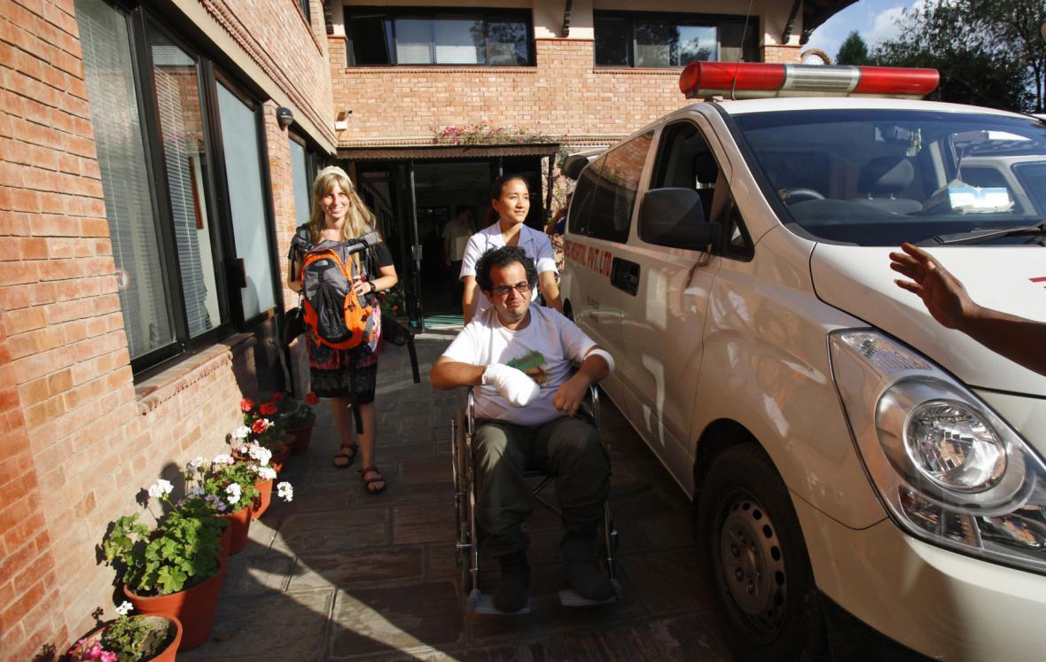Jeden ze zachráněných po pádu laviny a sněhové bouři na klinice v Káthmándú