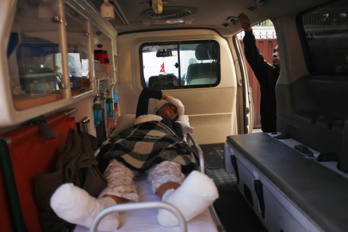 Jeden ze zachráněných po pádu laviny a sněhové bouři v Nepálu