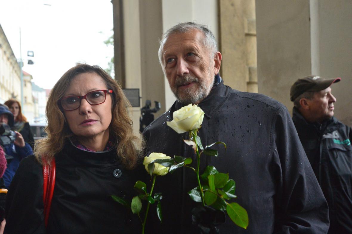 Jan Vodňanský s doprovodem na pohřbu Pavla Landovského