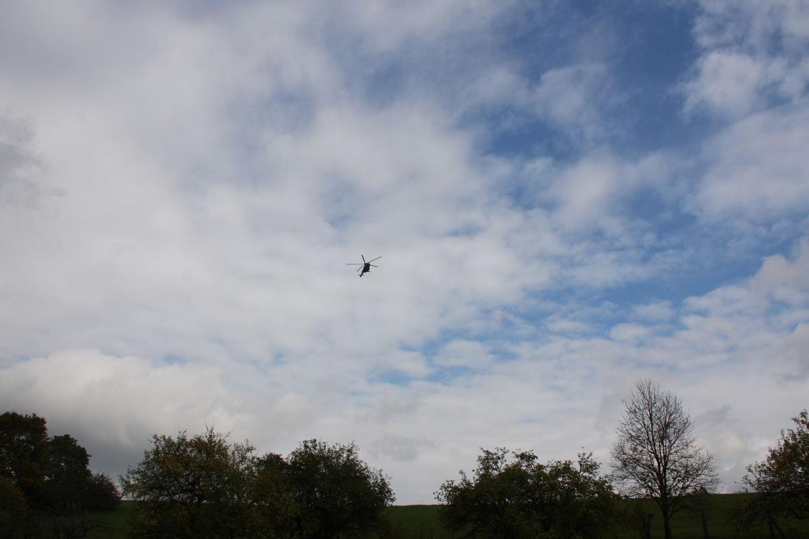 Místo výbuchu prozkoumává vrtulník s termovizí