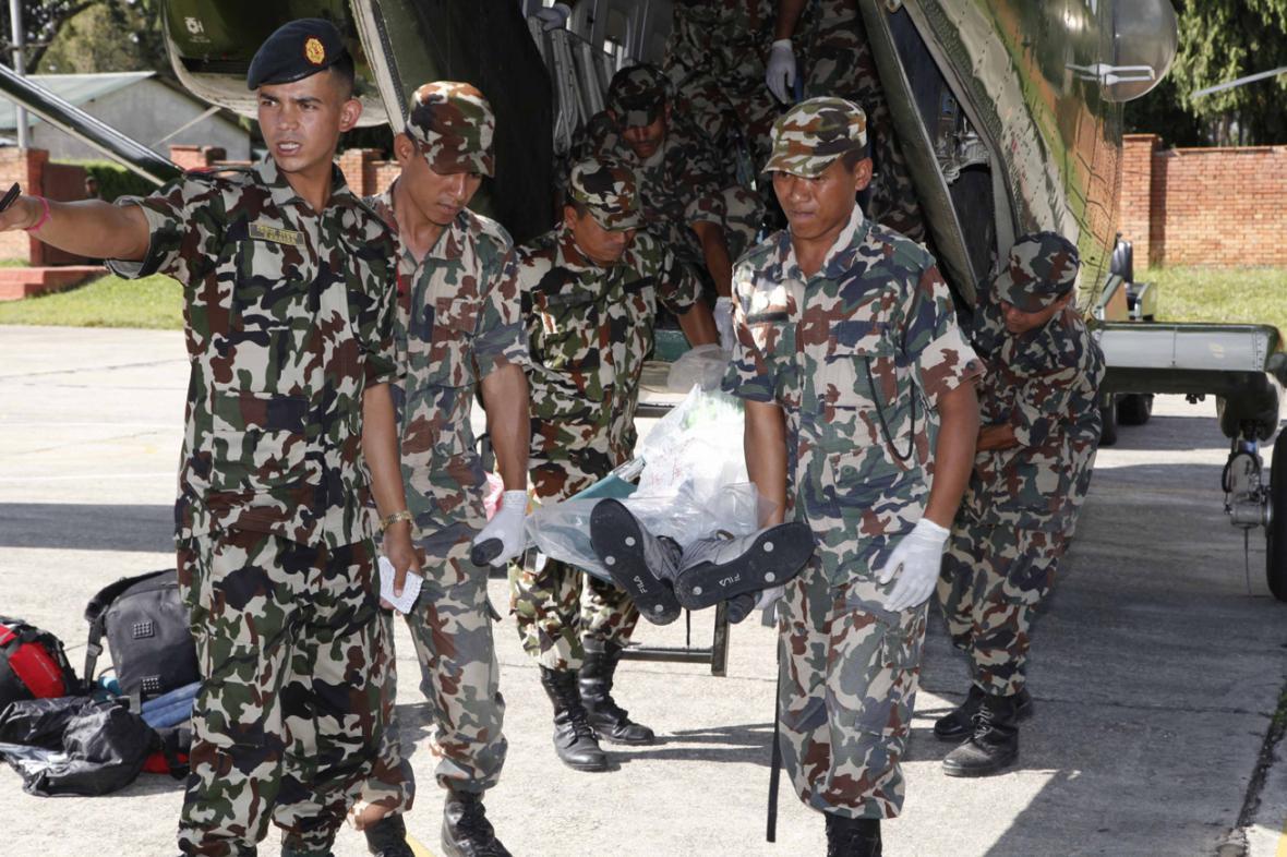 Nepálští vojáci s oběťmi tragédie