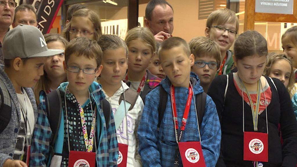 Děti sledují výuku základů resuscitace
