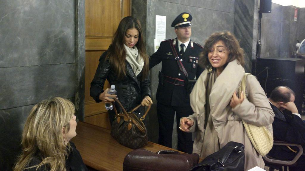 Karima Mahrúgová (vlevo) přichází svědčit k soudu