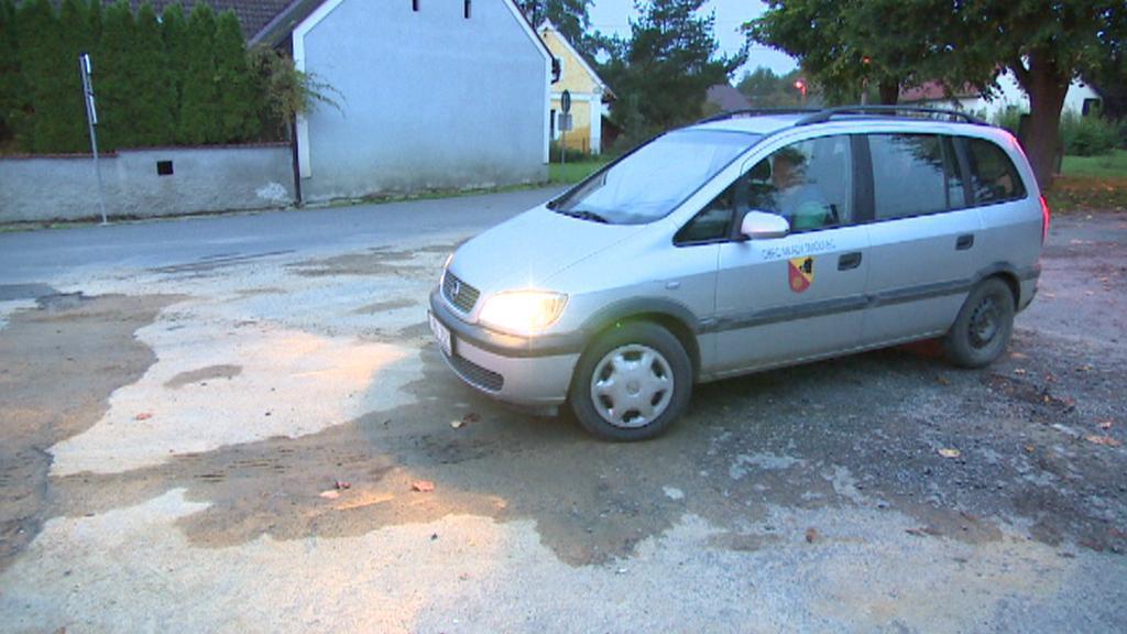 Auto, které sváží děti do školky v Mladém Smolivci