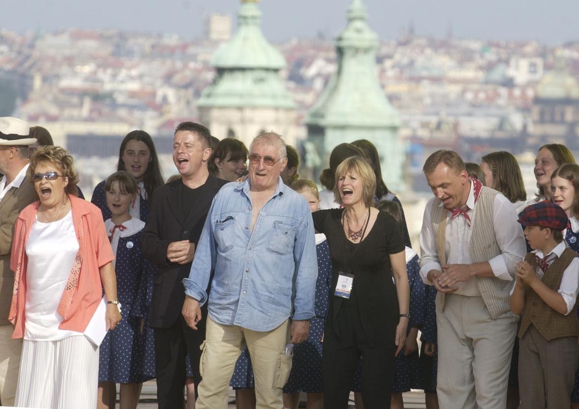 Landovský, Molavcová a další oslavují výsledky referenda ohledně vstupu ČR do EU