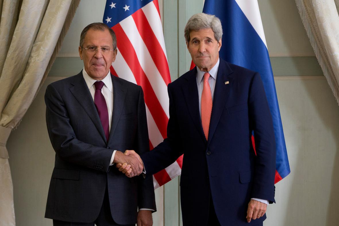 John Kerry a Sergej Lavrov na jednání v Paříži