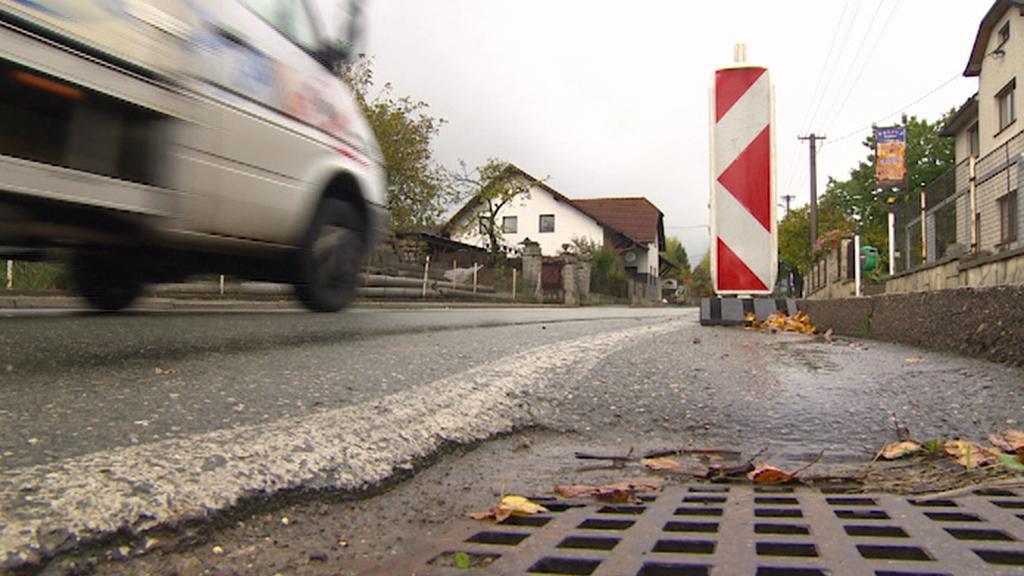 Poškozený okraj silnice v Žernově