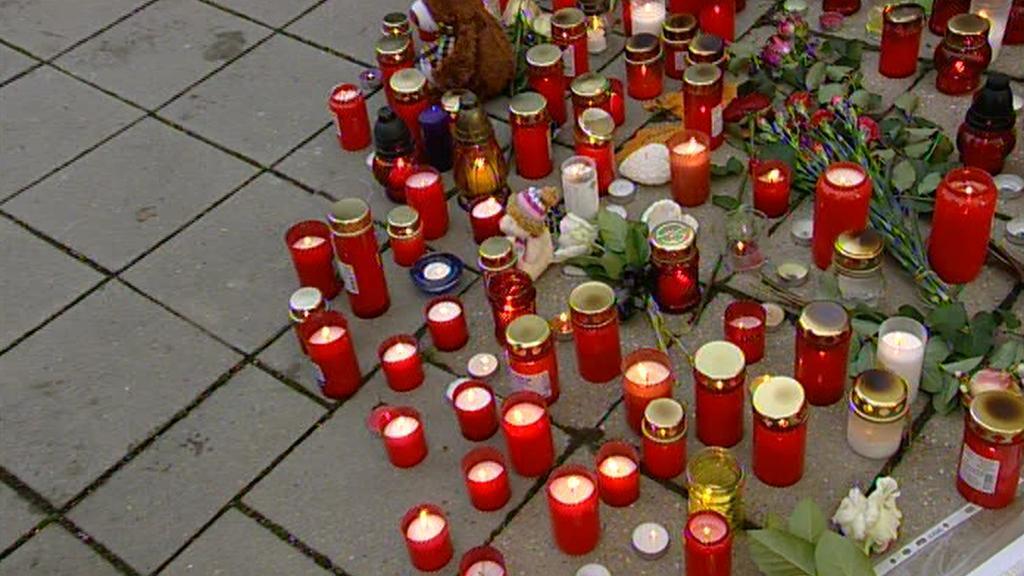 Lidé u školy ve Žďáru zapalují svíčky
