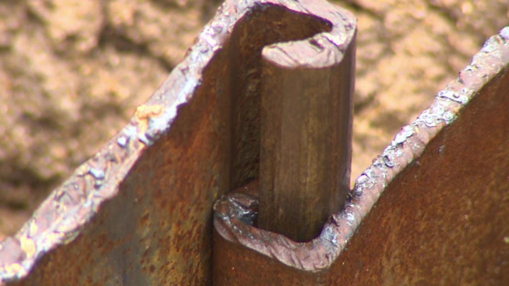Železné vzpruhy pro zabezpečení hráze