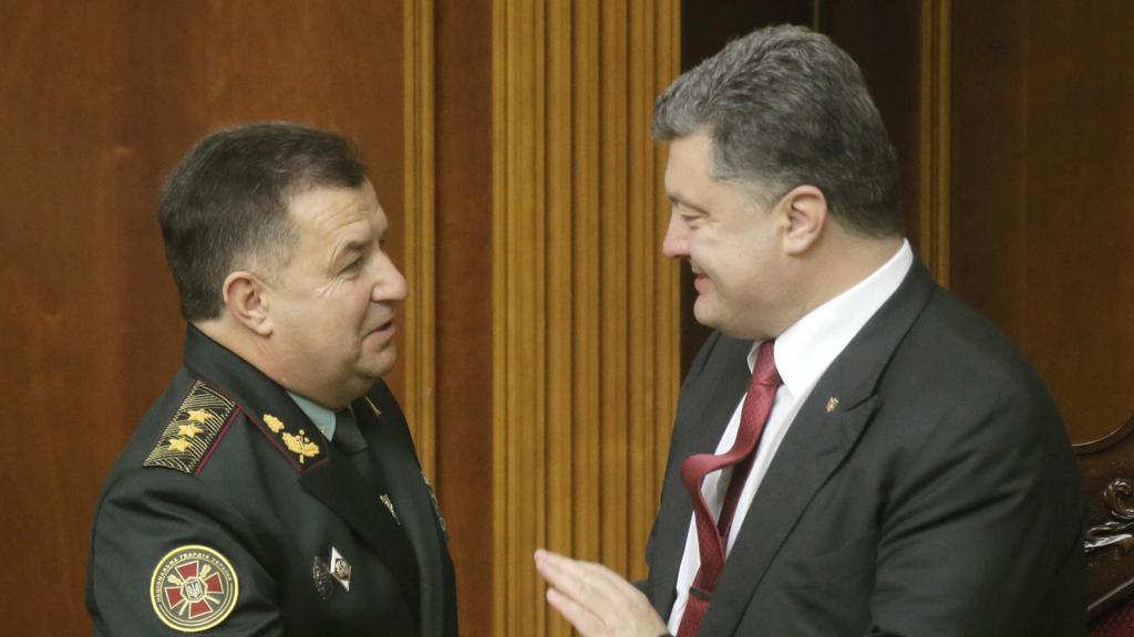 Prezident Porošenko (vpravo) gratuluje Stjepanu Poltorakovi