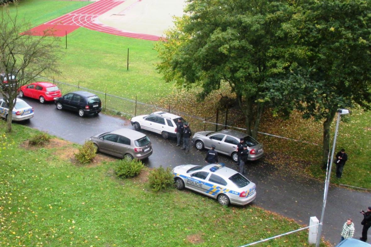 Policisté před školou ve Žďáru nad Sázavou