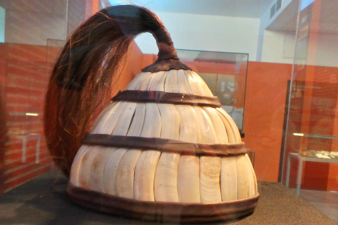 Replika přilby pošité kančími kly