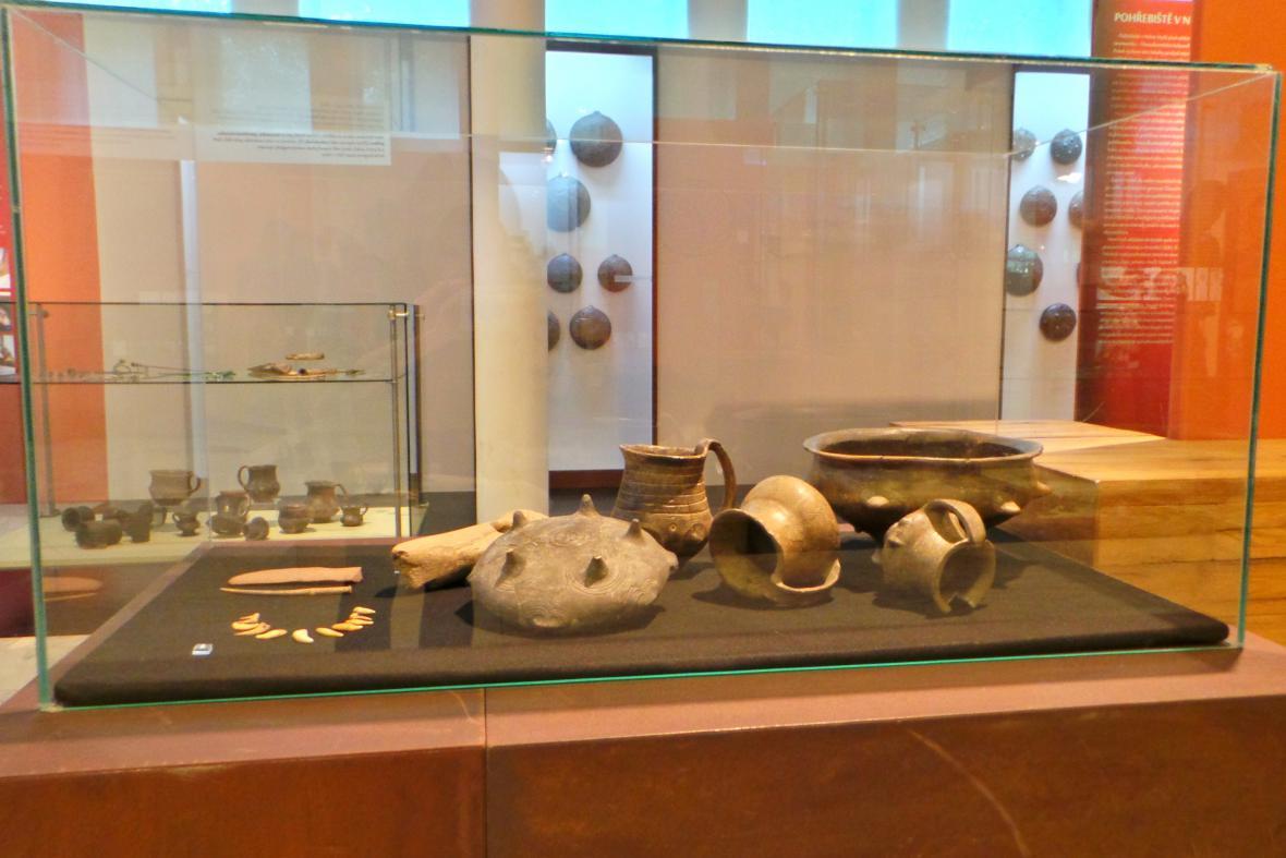 Keramika, parohová motyka a jehlice z Nižné Myšli