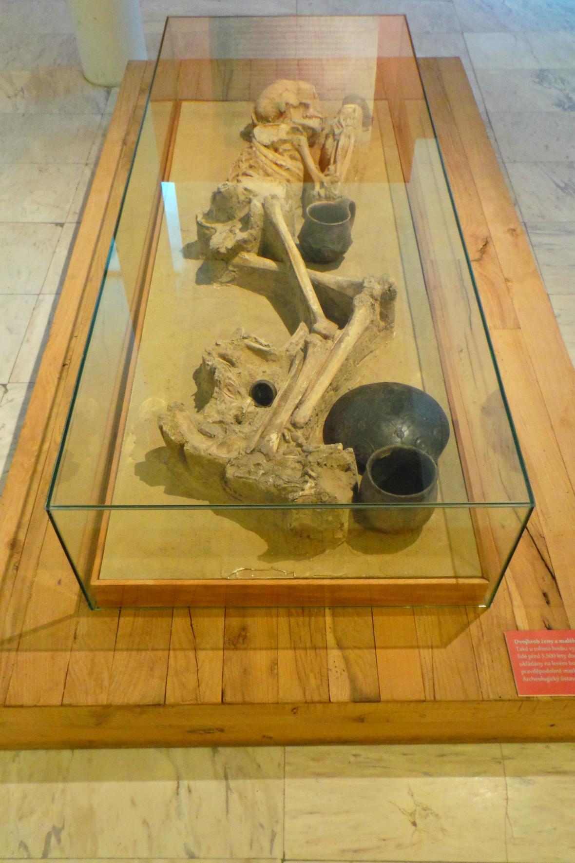 Dvojhrob ženy a malého chlapce z pohřebiště v Nižné Myšli
