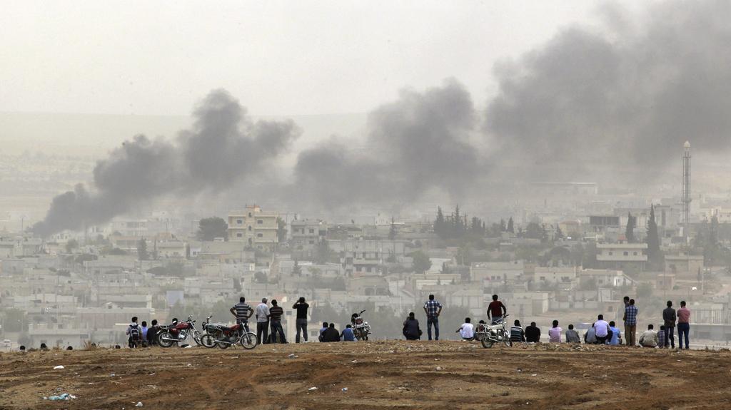 Lidé sledují boj o Kobani na jednom z nedalekých kopců