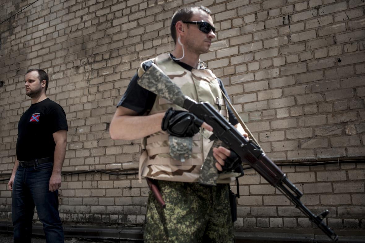 Pavel Gubarev (vlevo) s proruským separatistou
