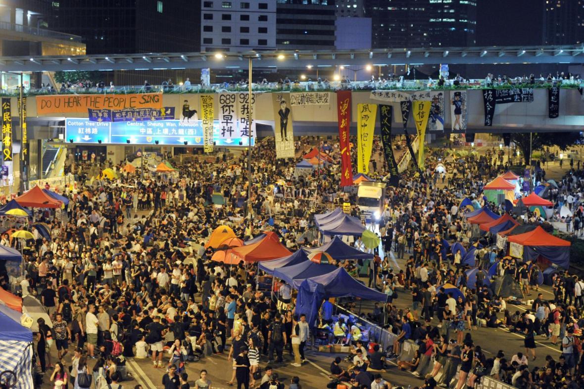 Stovky demonstrantů táboří v ulicích Hongkongu