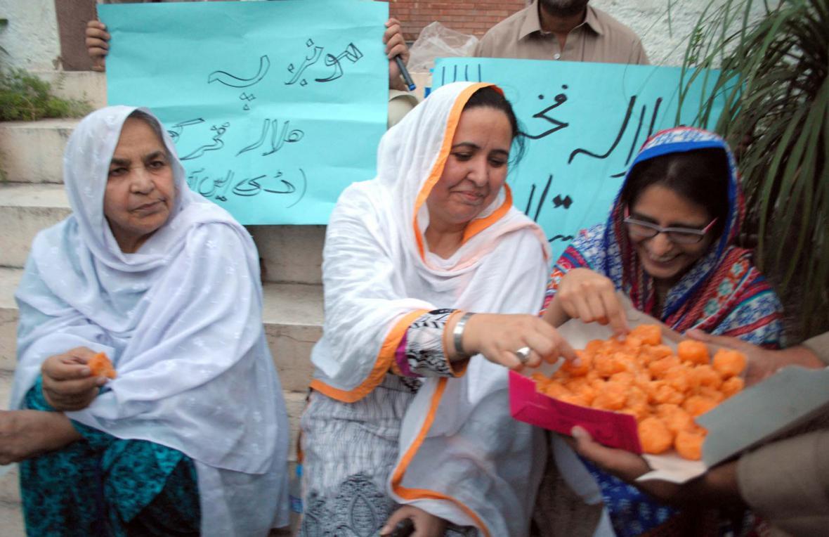 Tradičním pojídáním cukroví oslavují ženy v Péšáváru udělení Noblovy ceny za mír Malale