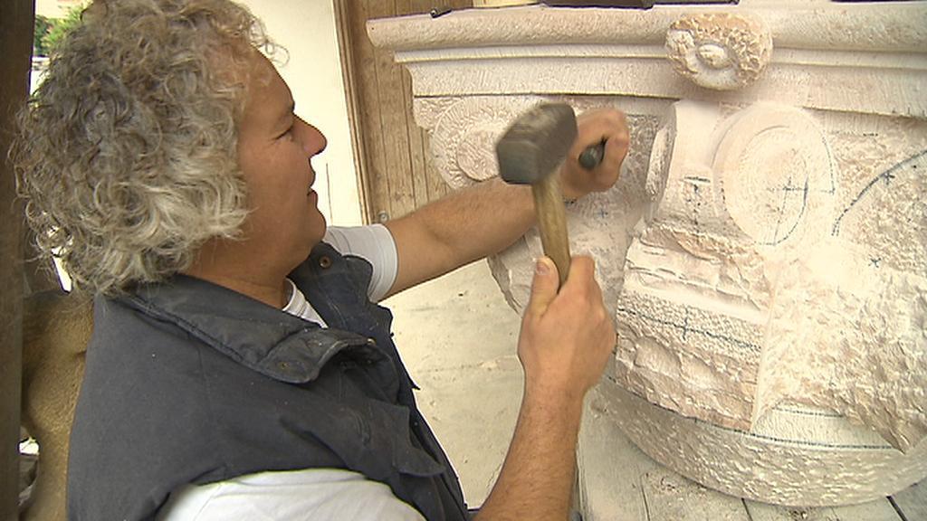 Petr Váňa při práci na Mariánském sloupu