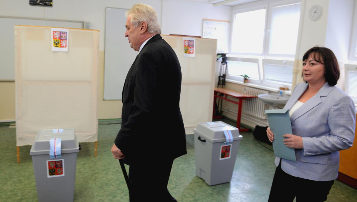 Miloš Zeman s manželkou Ivanou ve volební místnosti