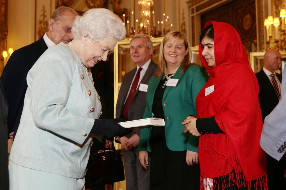 Malala věnovala královně svou autobiografii