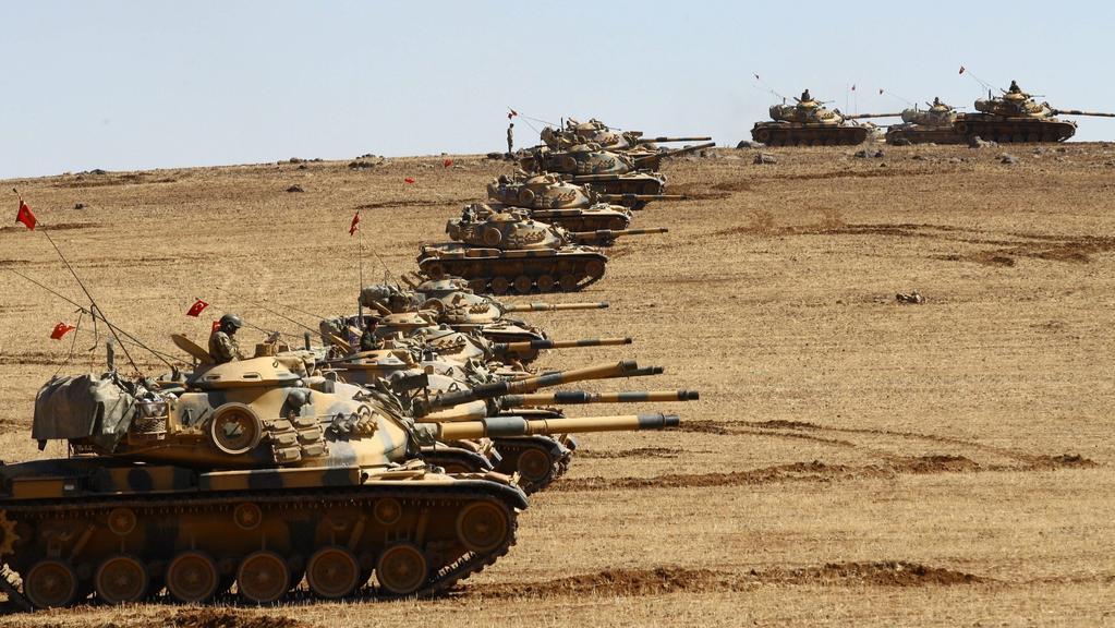 Turecké tanky se šikují u hranic se Sýrií
