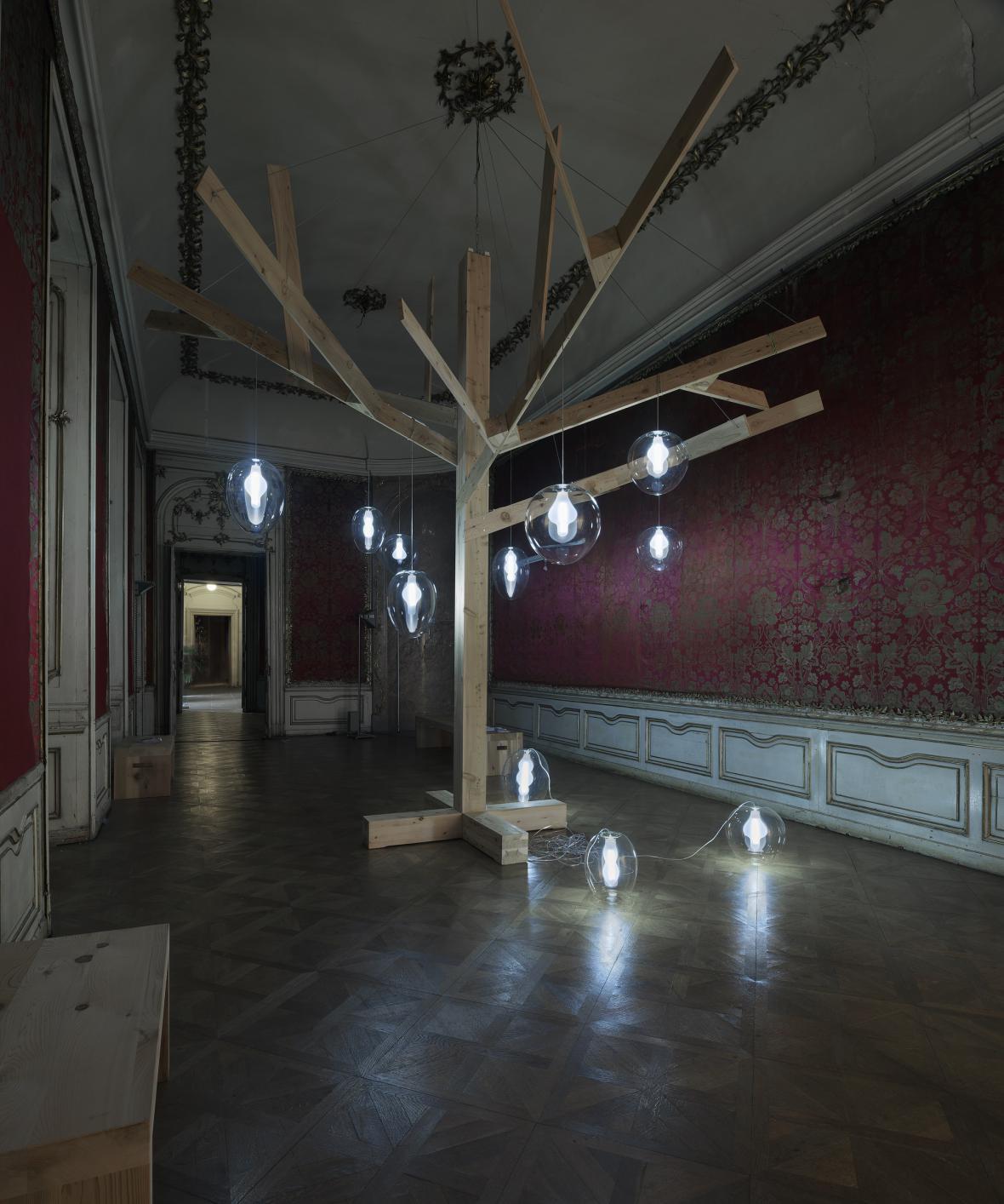 Strom života - instalace Evy Eisler a firmy Preciosa