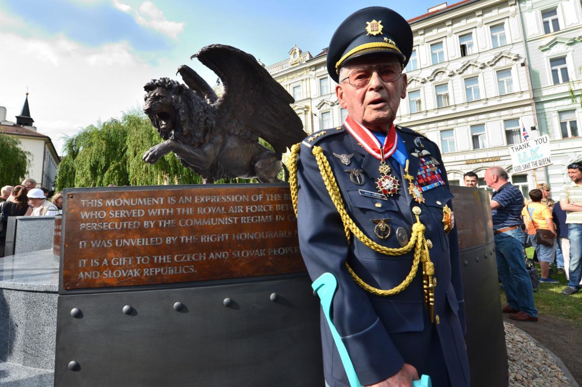 Válečný veterán Imrich Gablech (98) před památníkem čs. letců na pražském Klárově