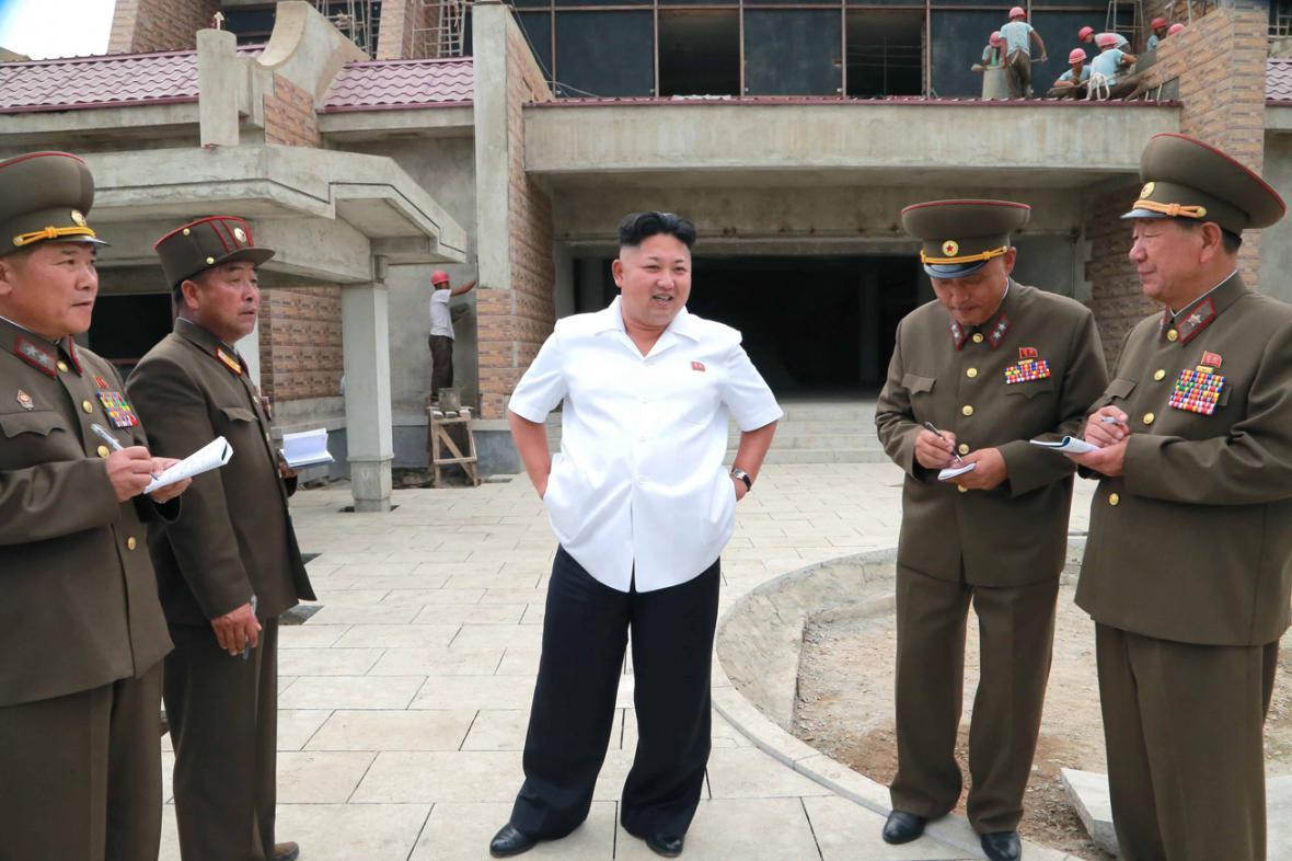 Kim Čong-un kouká na píšící důstojníky