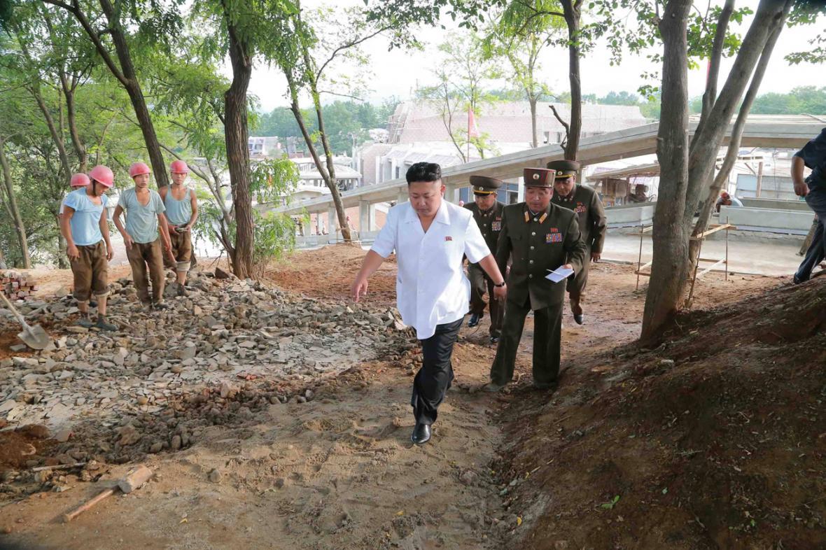 Kim Čong-un kouká na cestu