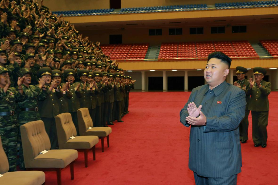 Kim Čong-un kouká na tleskající vojsko