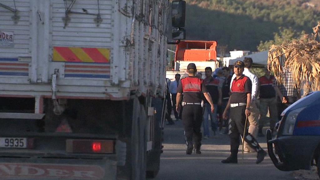 Turecká hlídka kontroluje vozidla na hranici se Sýrií