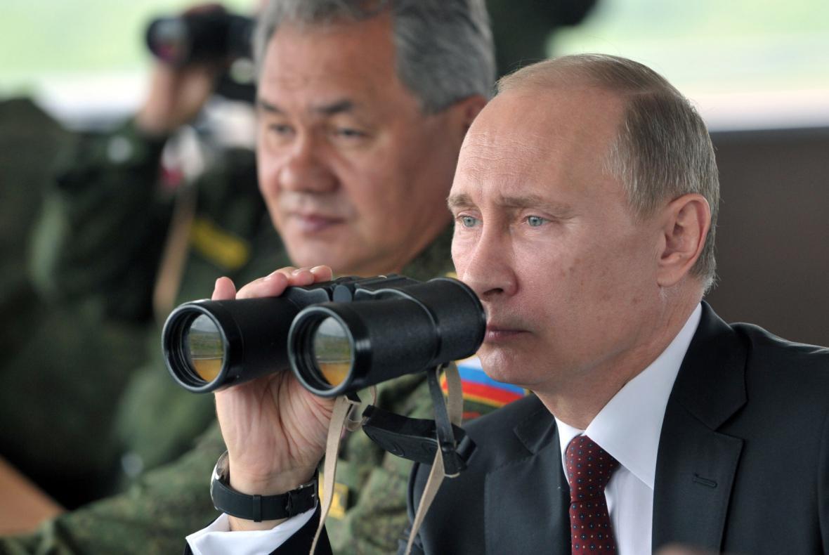 Putin sleduje armádní cvičení na Sachalinu