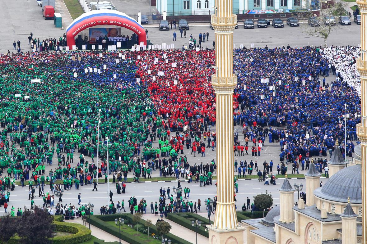 Kadyrov uspořádal Putinovi k narozeninám pochod