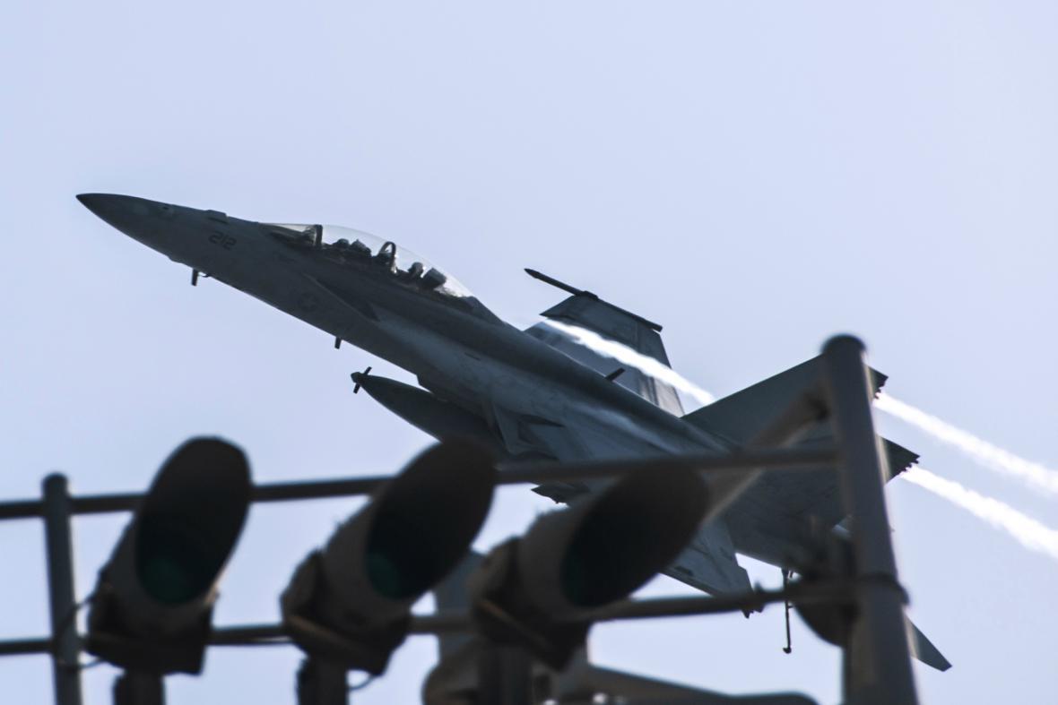 Letecké útoky na pozice IS