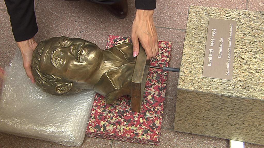Instalace busty Karla Kryla v Poslanecké sněmovně