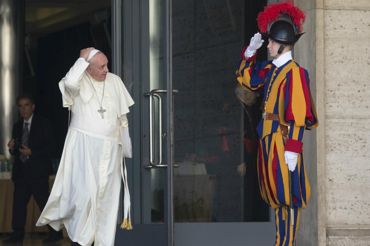 František opouští zasedání biskupské synody