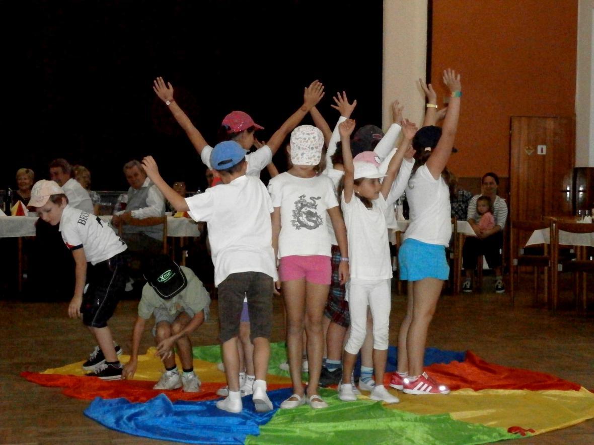 Vystoupení dětí při setkání důchodců v Košticích