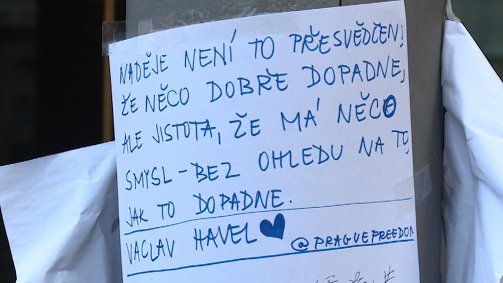 V blízkosti vládních budov se množí vzkazy s podporou demonstrantům